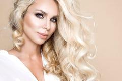 Ritratto di bella, donna sorridente con capelli biondi lunghi e dei denti bianchi Fotografia Stock