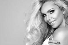 Ritratto di bella, donna sorridente con capelli biondi lunghi e dei denti bianchi Immagine Stock