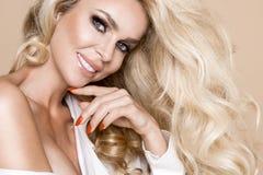 Ritratto di bella, donna sorridente con capelli biondi lunghi e dei denti bianchi Immagini Stock Libere da Diritti