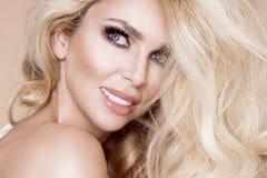 Ritratto di bella, donna sorridente con capelli biondi lunghi e dei denti bianchi Fotografia Stock Libera da Diritti
