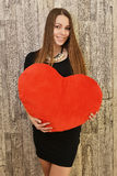 Ritratto di bella donna sorridente con cuore rosso Fotografia Stock