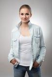 Ritratto di bella donna sorridente su fondo bianco Fotografia Stock