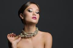 Ritratto di bella donna su un fondo grigio Fotografia Stock