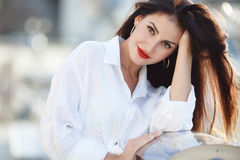 Ritratto di bella donna sui precedenti del mare e degli yacht fotografia stock libera da diritti