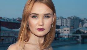 Ritratto di bella donna sui precedenti della città di sera immagini stock