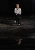 Ritratto di bella donna in una fabbrica abbandonata con la riflessione fotografia stock