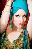 Ritratto di bella donna in vestito orientale Tolleranza e bellezza Fotografia Stock Libera da Diritti