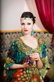 Ritratto di bella donna in vestito orientale Tolleranza e bellezza Fotografie Stock Libere da Diritti