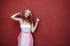 Ritratto di bella donna in vestito rosso, sorridente fotografia stock libera da diritti