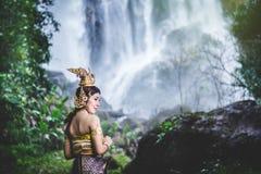 Ritratto di bella donna in vestito tradizionale tailandese, Kinnara I Fotografie Stock