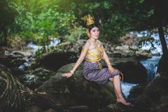 Ritratto di bella donna in vestito tradizionale tailandese, Kinnara I Immagini Stock Libere da Diritti
