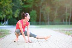Ritratto di bella femmina atletica nel reggiseno di sport che fa abdom Fotografie Stock Libere da Diritti
