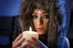 Ritratto di bella fine della ragazza su nell'abbigliamento dell'America indiana immagini stock libere da diritti
