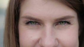 Ritratto di bella giovane donna stock footage