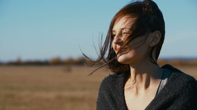 Ritratto di bella giovane donna archivi video
