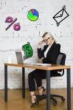 Ritratto di bella giovane donna di affari che porta una camicia bianca e un vestito nero e un pensiero Concetto di affari Immagine Stock Libera da Diritti