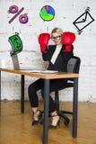 Ritratto di bella giovane donna di affari che porta una camicia bianca e un vestito nero e un pensiero Concetto di affari Fotografie Stock