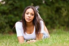 Ritratto di bella giovane donna africana all'aperto fotografia stock