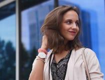 Ritratto di bella giovane donna all'aperto Fotografia Stock Libera da Diritti