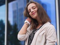 Ritratto di bella giovane donna all'aperto Fotografie Stock