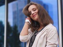 Ritratto di bella giovane donna all'aperto Immagini Stock