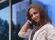 Ritratto di bella giovane donna all'aperto Immagini Stock Libere da Diritti