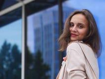 Ritratto di bella giovane donna all'aperto Fotografie Stock Libere da Diritti