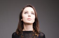 Ritratto di bella giovane donna alla moda con gli occhi affumicati Immagini Stock