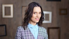 Ritratto di bella giovane donna alla moda sicura di affari che esamina macchina fotografica video d archivio