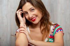 Ritratto di bella giovane donna allegra su fondo grigio immagini stock libere da diritti