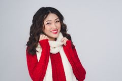 Ritratto di bella giovane donna asiatica in vestiti caldi Fotografia Stock Libera da Diritti
