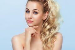 Ritratto di bella giovane donna bionda Fotografia Stock