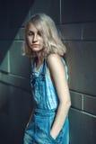 Ritratto di bella giovane donna bionda adolescente caucasica della ragazza del modello alternativo Immagini Stock