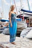 Ritratto di bella giovane donna bionda al porto. fotografia stock libera da diritti