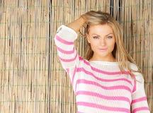 Ritratto di bella giovane donna bionda con la mano in capelli fotografia stock libera da diritti