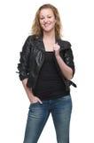 Bella giovane donna in bomber con la mano in tasca Fotografie Stock Libere da Diritti