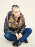 Ritratto di bella giovane donna calva bianca caucasica della ragazza che si siede sull'esterno al suolo con la testa rasa dei cap Fotografia Stock
