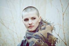 Ritratto di bella giovane donna calva bianca caucasica triste della ragazza con la testa rasa dei capelli in bomber Fotografie Stock Libere da Diritti