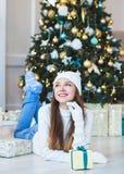 Ritratto di bella giovane donna in cappello e maglione sul backgrou Fotografia Stock