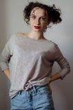 Ritratto di bella giovane donna castana con l'acconciatura divertente riccia Fotografia Stock Libera da Diritti