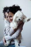 Ritratto di bella giovane donna castana con l'acconciatura divertente riccia Immagine Stock