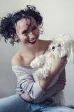Ritratto di bella giovane donna castana con l'acconciatura divertente riccia Fotografia Stock