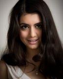 Ritratto di bella giovane donna castana sorridente Immagine Stock