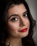 Ritratto di bella giovane donna castana sorridente Fotografie Stock Libere da Diritti
