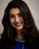 Ritratto di bella giovane donna castana sorridente Fotografia Stock Libera da Diritti