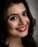 Ritratto di bella giovane donna castana sorridente Immagini Stock Libere da Diritti