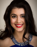 Ritratto di bella giovane donna castana sorridente Fotografia Stock