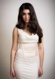 Ritratto di bella giovane donna castana in un vestito lungo Immagini Stock