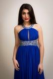 Ritratto di bella giovane donna castana in un vestito lungo Fotografia Stock