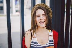 Ritratto di bella, giovane donna caucasica alla moda con un sorriso a trentadue denti, dei capelli di sviluppo lunghi nel vento e Immagini Stock